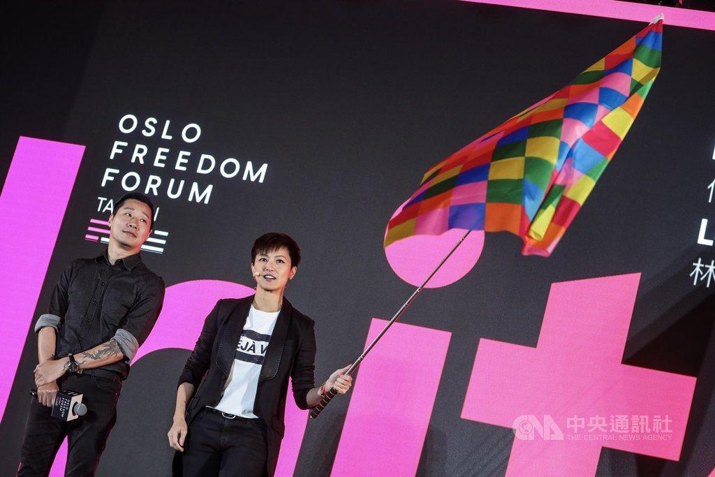 國際人權年度盛會「奧斯陸自由論壇」13日在台北舉行,香港歌手何韻詩(右)與無黨籍立委林昶佐(左)出席並就民主抗爭等相關議題展開對談,何韻詩進場時並高高揮舞連儂旗。中央社記者吳家昇攝 108年9月13日