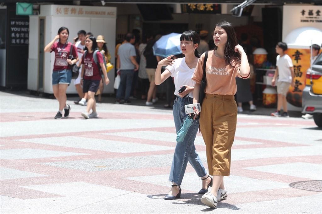 中央氣象局表示,12日中南部降雨減少,其他地區多雲到晴,午後北台灣可能出現短暫雷雨,花東縱谷及台東南側有局部攝氏36度以上高溫。中央社記者吳家昇攝 108年7月12日