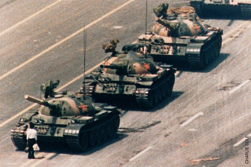 1989年拍下北京天安門六四事件「坦克人」經典照片的美國攝影師柯爾,日前在印尼峇里島辭世,享壽64歲。(圖取自facebook.com/WorldPressPhoto)