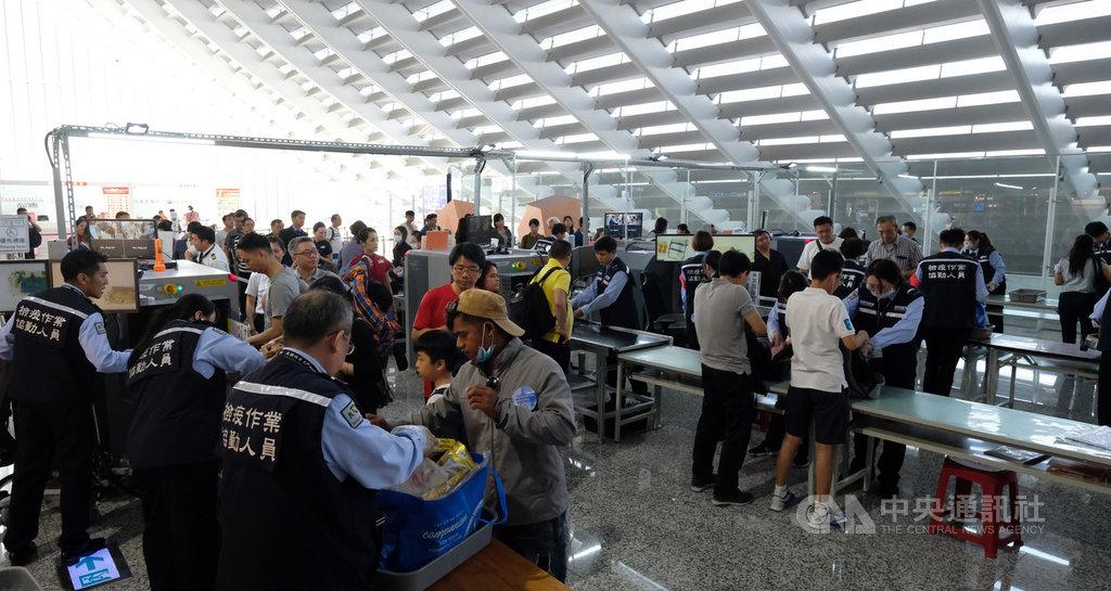 一名旅客12日深夜從香港搭機返台時,因託運行李中夾帶2盒肉鬆蛋捲,重約0.5公斤,被依動物傳染病防治條例,重罰新台幣20萬元。關務署台北關持續加強旅客防疫檢查作業。中央社記者邱俊欽桃園機場攝 108年9月13日