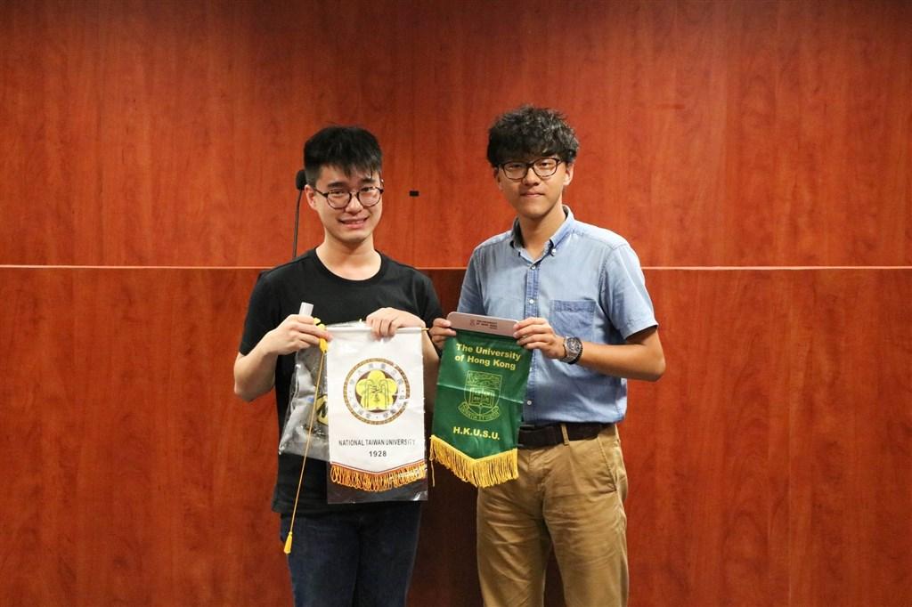 參與「反送中」運動的香港大學學生會署理會長黃程鋒(左)12日向港大學生會評議會提交請辭信,並表示已和家人離開香港。(圖取自facebook.com/hkusupage)