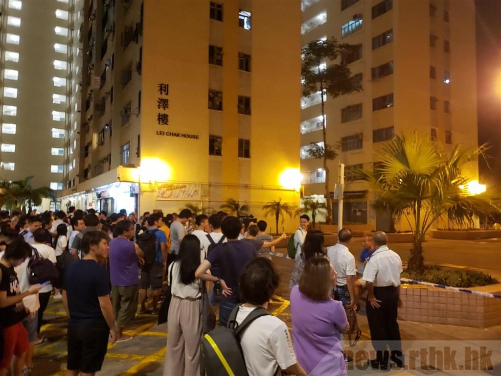 香港民眾在鴨脷洲邨進行「反送中」合唱呼口號的快閃行動,突然有裝著不明腐蝕液體的玻璃瓶從天而降,墜地後液體四濺,6人遭波及受傷。(取自香港電台網頁rthk.hk)