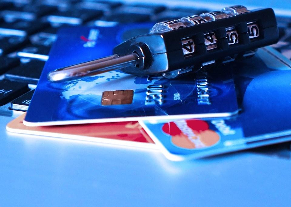 個資的曝光,讓身分資料、信用卡、銀行戶頭帳號密碼等重要資訊在彈指之間就輕易淪陷,你我都可能成為透明人。(示意圖/圖取自Pixabay圖庫)