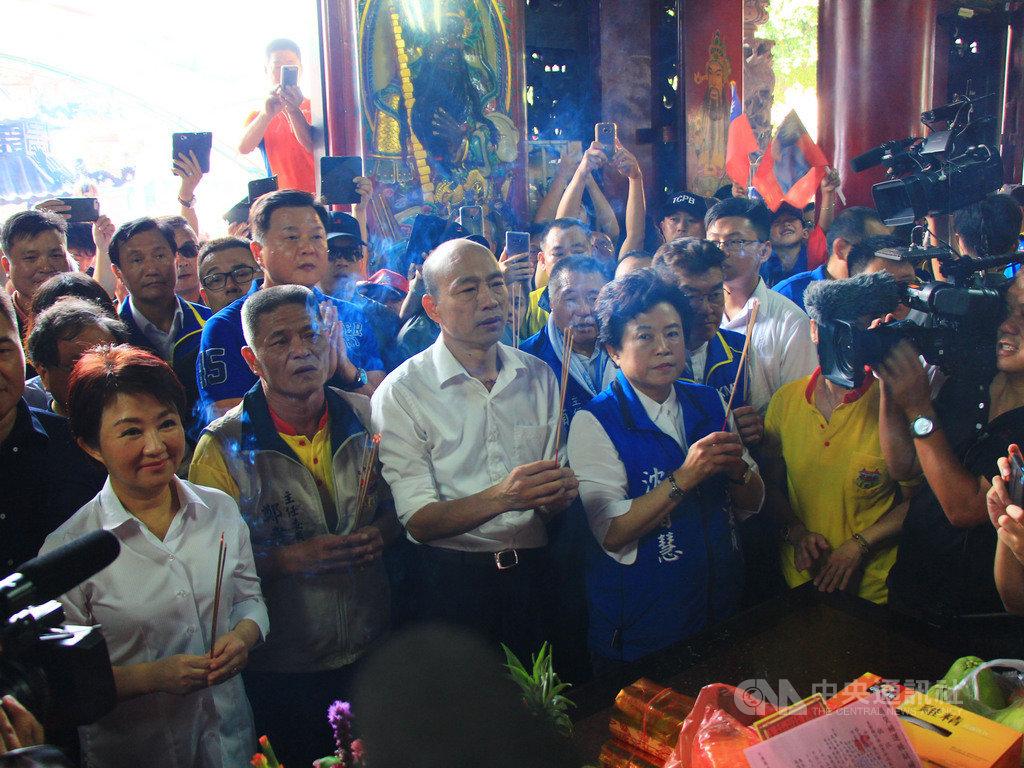 國民黨總統參選人、高雄市長韓國瑜(前左3)14日在台中市長盧秀燕(前左)陪同下,前往北屯紫微宮參拜。中央社記者蘇木春攝 108年9月14日
