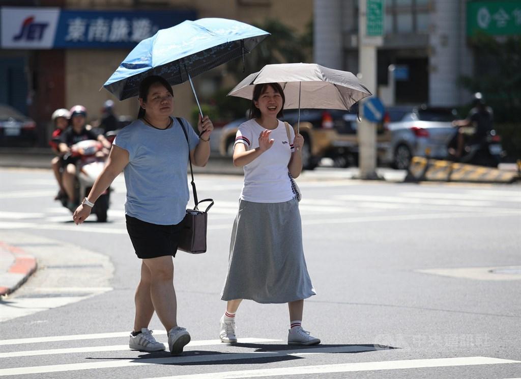 氣象局指出,14日各地多以多雲到晴的天氣為主,高溫32至34度。(中央社檔案照片)