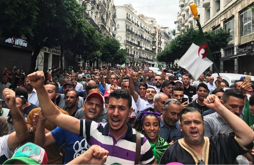 阿爾及利亞民眾13日再度走上街頭抗議,要求在舉行任何大選前,關鍵政治人物必須下台,以及改革政治制度。(路透社提供)