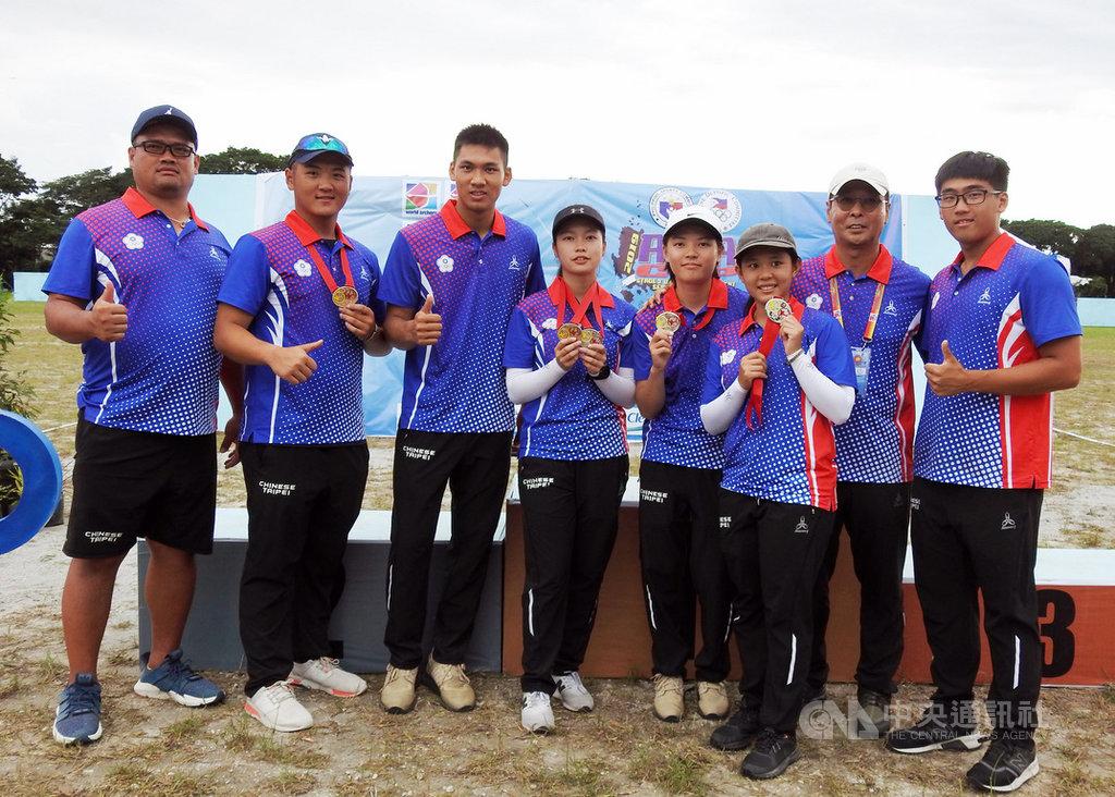 2019亞洲盃射箭賽第3站暨世界排名賽14日在菲律賓進行最後一天賽事,這一次比賽中華隊共摘下2銀1銅。圖為女子複合弓團體賽銀牌和男女混雙銅牌選手與教練合影。中央社記者陳妍君克拉克攝 108年9月14日