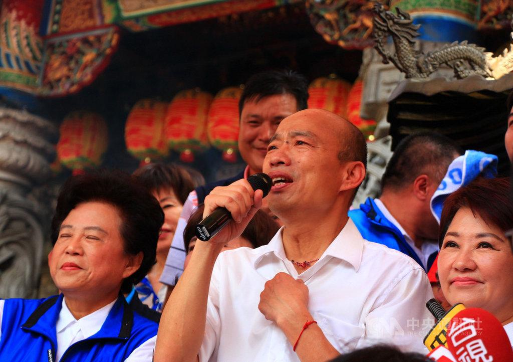 國民黨總統參選人、高雄市長韓國瑜(前右2)14日到台中參訪,由台中市長盧秀燕(前右)陪同到宮廟參拜,兩人合體同框展現團結士氣。中央社記者蘇木春攝 108年9月14日