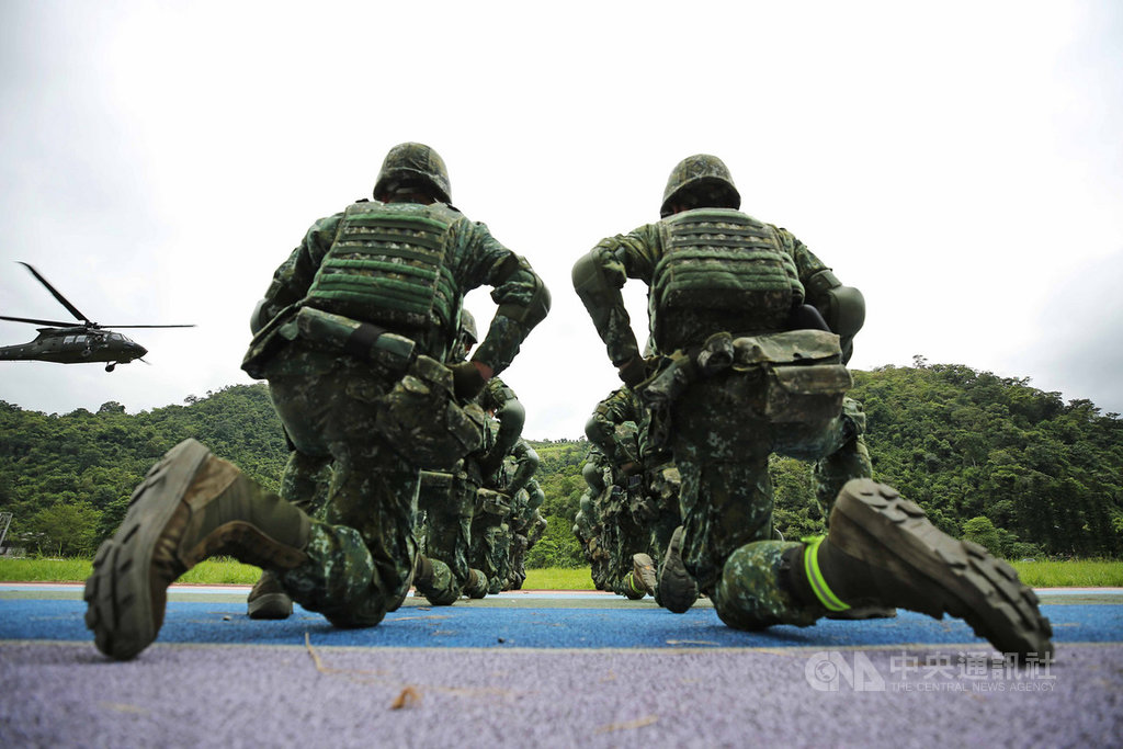 陸軍特種作戰指揮部特5營10日在宜蘭大同鄉行軍訓練,訓練課目包括戰傷救護、傷患後送演練,官兵在大同國小操場待命,待黑鷹直升機降落後將傷患後送急救。中央社記者游凱翔攝 108年9月14日