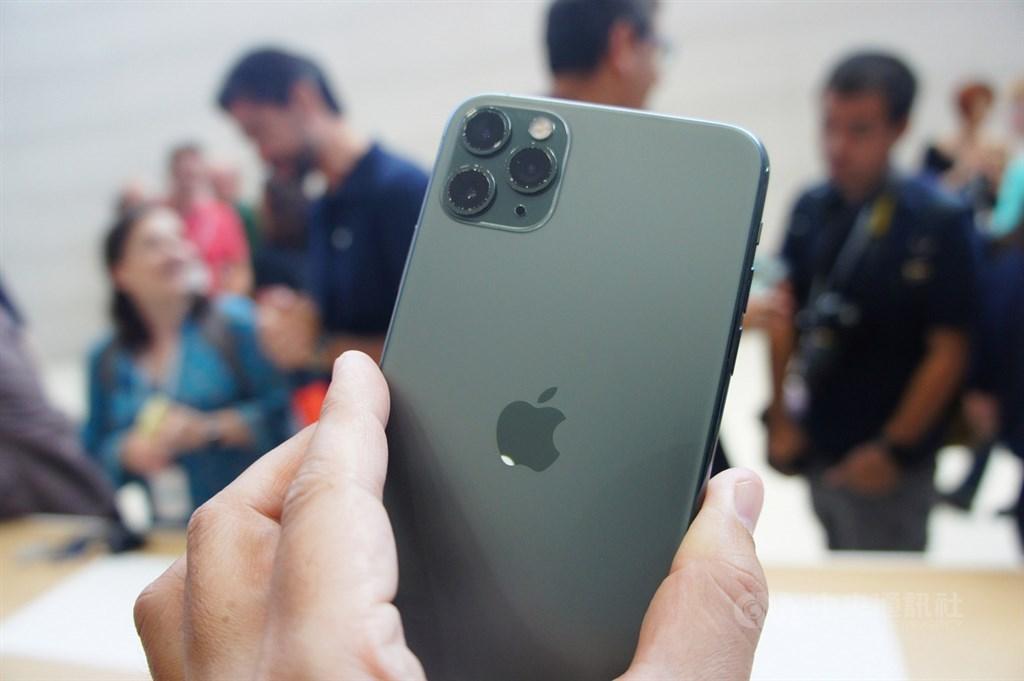 蘋果日前推出搭載雙鏡頭的iPhone 11,以及配備3鏡頭的iPhone 11 Pro、iPhone 11 Pro Max,根據台灣蘋果官網顯示,「夜幕綠」是預購中最搶手。圖為iPhone 11 Pro。(中央社檔案照片)