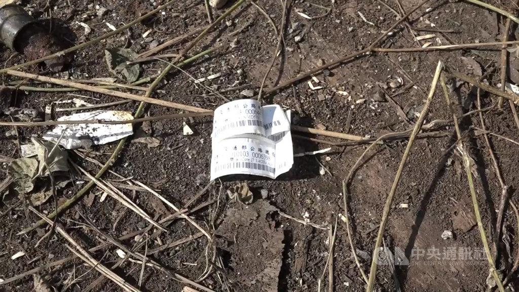 有網友在臉書貼文指鹽寮海邊疑遭丟棄有「工務段」字樣等廢棄物,公路總局與委外廠商緊急清運完畢,14日發布新聞稿澄清。(民眾提供)中央社記者張祈傳真 108年9月14日