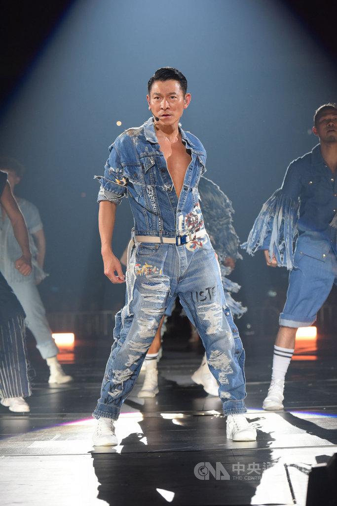 劉德華在13日馬來西亞演唱會上小露性感,在演唱「忘情水」、「無間道」及「我恨我痴心」等組曲時,故意不扣上牛仔外套展露胸肌,讓粉絲見證他依舊精壯的身材線條。(星藝娛樂提供)中央社記者郭朝河吉隆坡傳真 108年9月14日