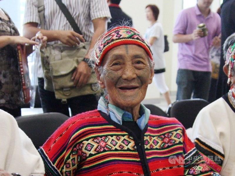 苗栗縣碩果僅存的泰雅族文面國寶柯菊蘭(中)14日清晨6時許辭世,享耆壽97歲。(中央社檔案照片)