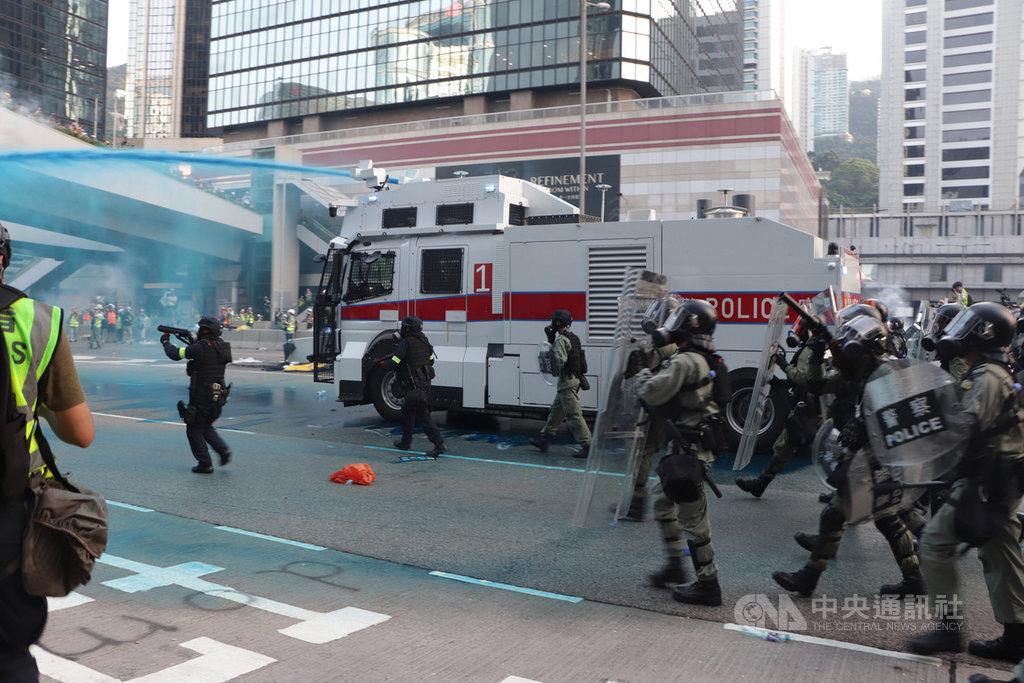 香港民眾15日再次上街遊行反送中,遊行結束後,部分示威者轉而包圍政府總部,警方在傍晚6時前後動用裝有藍色染劑的水炮車強力驅散他們。中央社記者張謙香港攝 108年9月15日