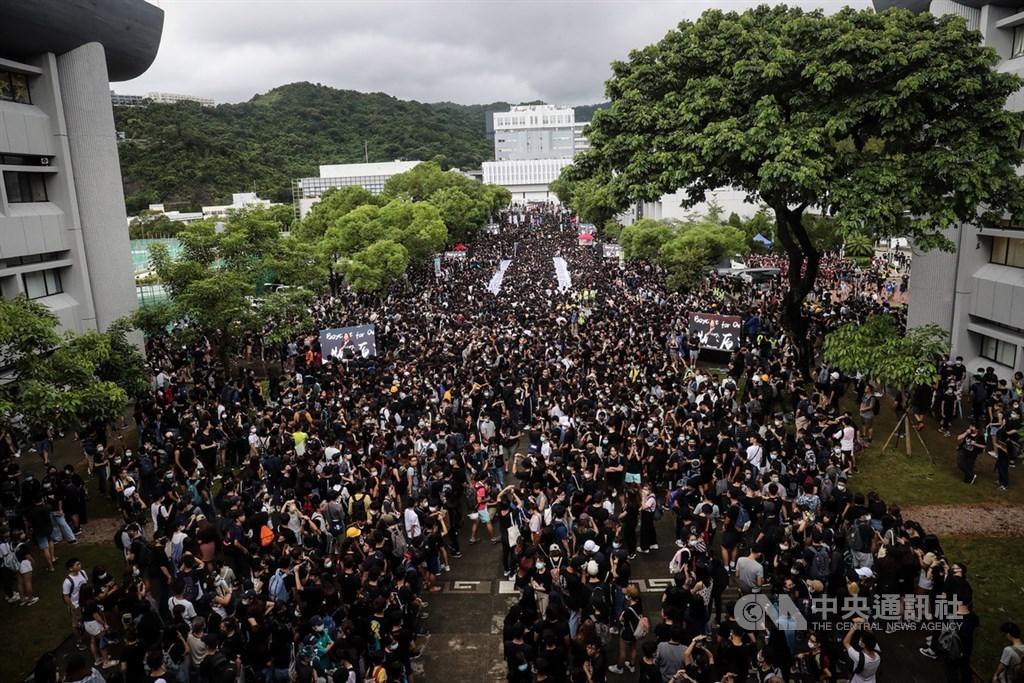 中國軍事和戰略分析家說,發生在香港的街頭運動具有「超限戰」的特徵,即以非戰爭的手段來達到目的。圖為香港反送中示威者2日再度發起「三罷」,但以罷課為主,在中文大學百萬大道舉行集會。(中央社檔案照片)