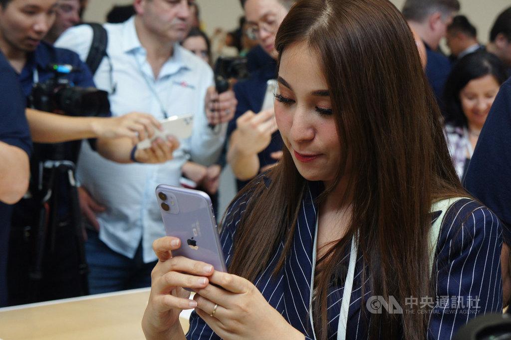 蘋果公司推出新一代iPhone 11系列手機。圖為媒體記者在發表會現場體驗搭載雙鏡頭的6.1吋iPhone 11。中央社記者吳家豪舊金山攝 108年9月15日