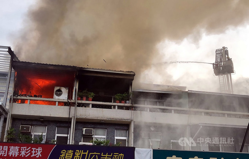 嘉義市一處民宅15日發生火警,3樓加蓋鐵皮屋內竄出橘紅火光,黑煙蔽天、火勢猛烈,消防局獲報出動雲梯車到場灌救,約20分鐘控制火勢,所幸未傳傷亡。中央社記者黃國芳攝 108年9月15日