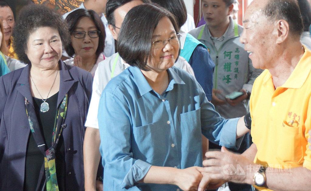 總統蔡英文(前右2)15日在總統府秘書長陳菊(前左)等人陪同下,連跑高雄市多間宮廟,與當地鄉親互動說明國政接地氣,也受到廟方與民眾歡迎。中央社記者程啟峰高雄攝 108年9月15日