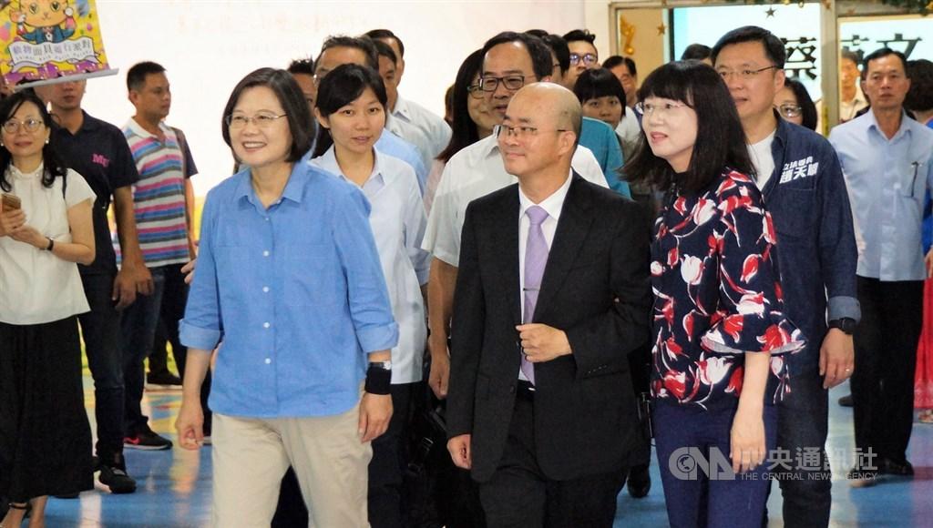 總統蔡英文(前左)15日南下高雄,前往福氣教會參訪,受到民眾歡迎。中央社記者程啟峰高雄攝 108年9月15日