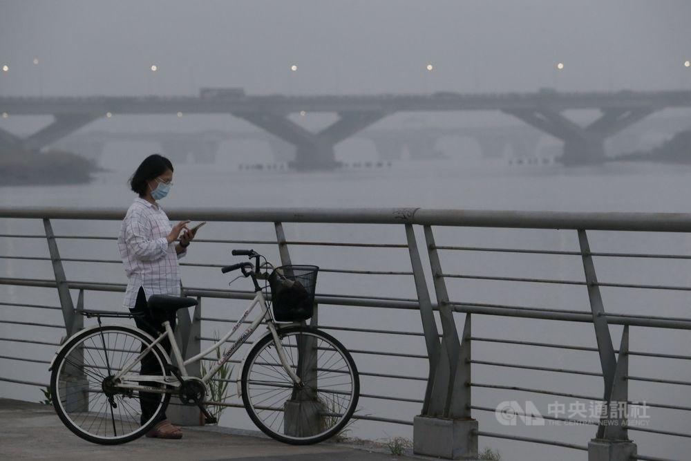國家衛生研究院「懸浮微粒特徵對民眾健康影響之研究」發現,台灣PM2.5全國平均值逐年降低,但現存濃度對於學童、孕婦胎兒及第二型糖尿病患者等敏感族群仍有影響。(中央社檔案照片)