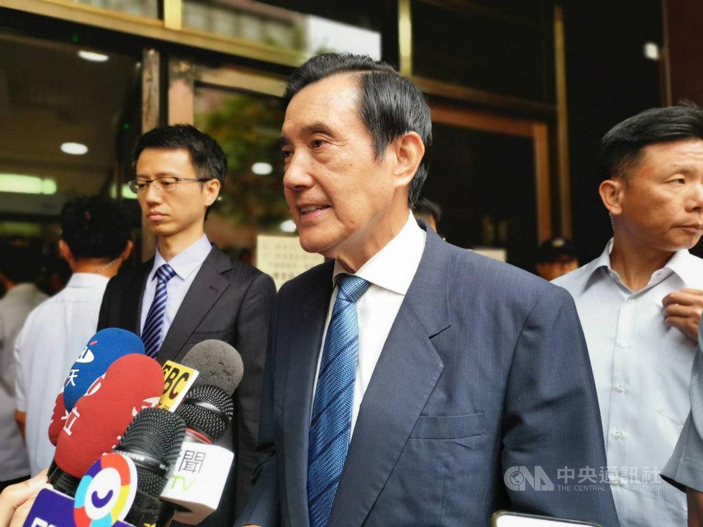 前總統馬英九(前)等人因三中案被控違反證券交易法,台北地方法院16日傳喚馬英九出庭。馬英九庭訊後受訪表示,事實與真相只有一個,他對自己的清白有信心,對法院的公正有期待。中央社記者林長順攝  108年9月16日