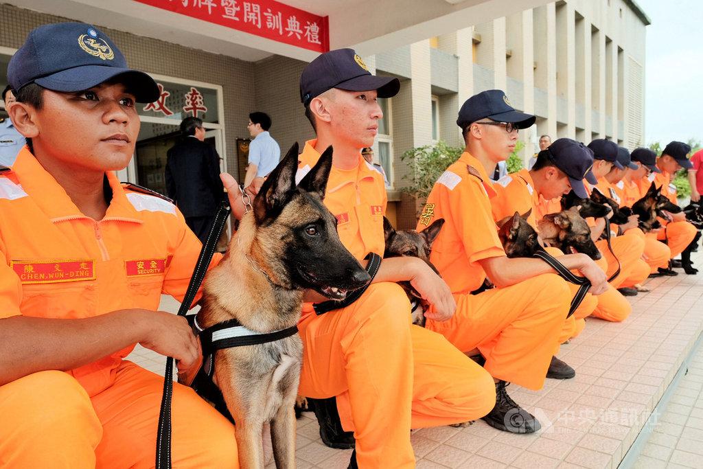 海巡署16日在北部分署竹圍營區成立「海巡偵搜犬區隊」,希望借重偵搜犬靈敏的嗅覺,協助海巡邊境防疫打擊不法。中央社記者吳睿騏桃園攝 108年9月16日