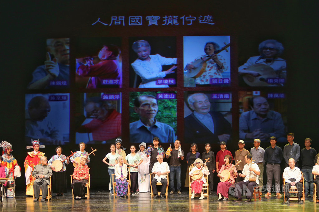 國立傳統藝術中心16日在台灣戲曲中心舉辦「108年度開枝散葉計畫與接班人計畫」階段成果記者會,國寶藝師帶領各自的結業藝生接力上台演出,展現各項計畫工作成果。中央社記者徐肇昌攝  108年9月16日