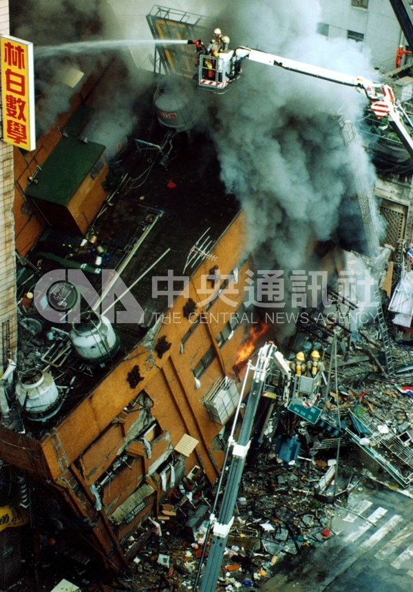 12層的東星大樓倒塌,警消緊急搶救。(中央社檔案照片)