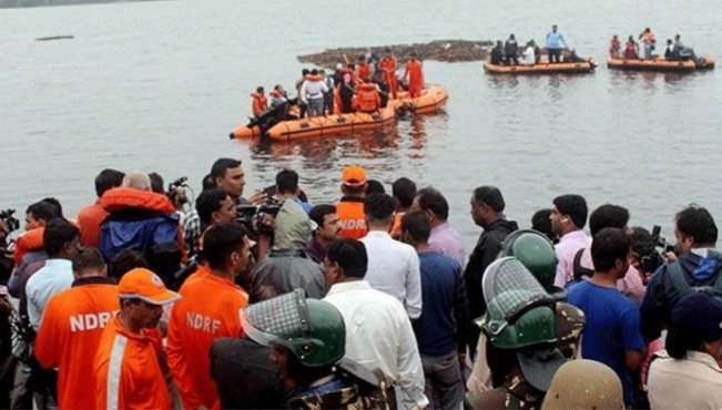 印度警方和媒體報導指出,一艘載有63人的觀光船16日在戈達瓦里河翻覆,造成至少12人喪命、數十人失蹤。(圖取自twitter.com/MahilaCongress)