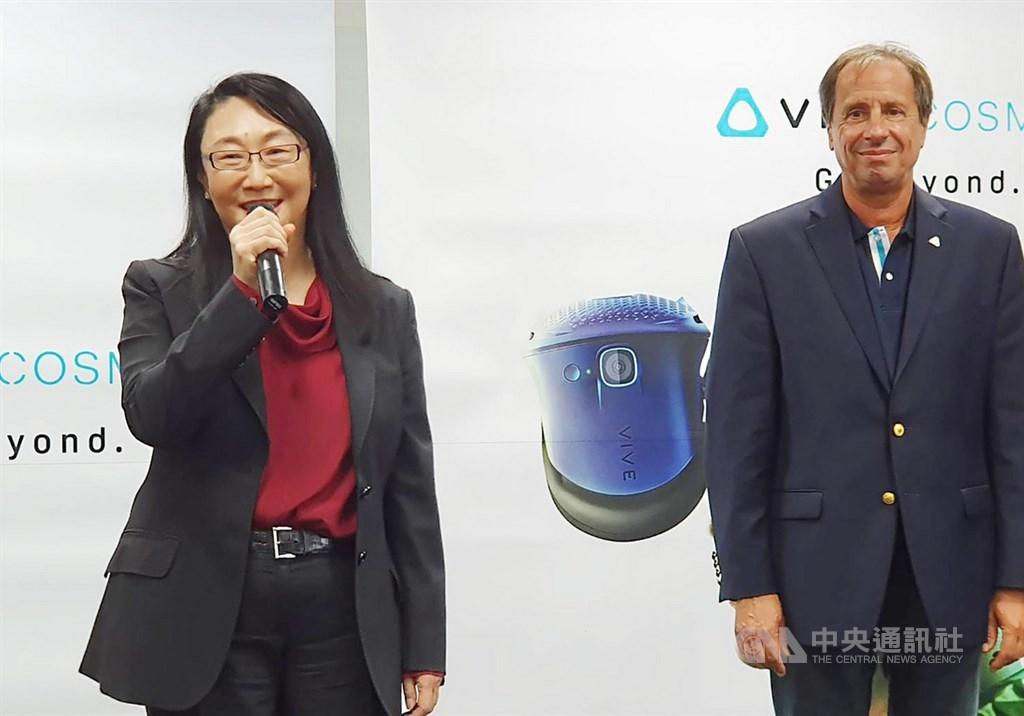 宏達電17日宣布任命梅特爾(Yves Maitre)(右)擔任HTC執行長,王雪紅(左)仍將繼續擔任HTC董事長。中央社記者江明晏攝 108年9月17日
