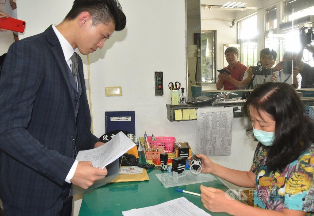 高雄市長韓國瑜與妻子李佳芬17日委任律師郭羿廷(圖),到雲林地檢署遞狀控告名嘴洪耀南、吳佩蓉及鄭佩芬,涉嫌妨害名譽等罪嫌。中央社記者葉子綱攝  108年9月17日