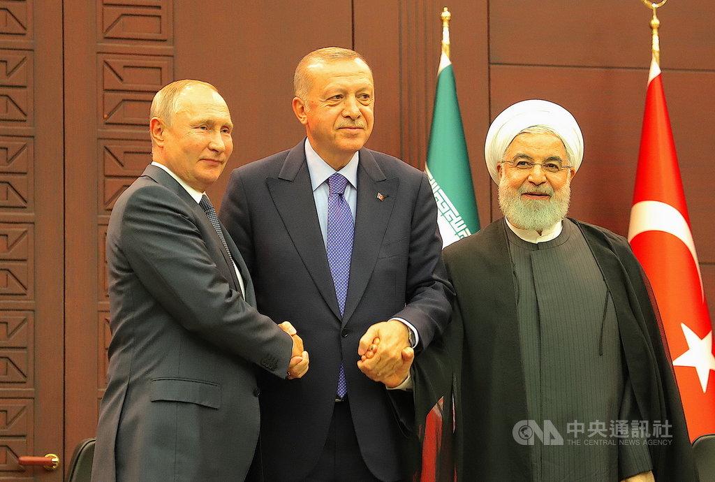 俄羅斯總統蒲亭(左起)、土耳其總統艾爾段、伊朗總統羅哈尼16日舉行目的在政治解決敘利亞衝突的三方高峰會。會後3人在聯合記者會中握手。中央社記者何宏儒安卡拉攝 108年9月17日