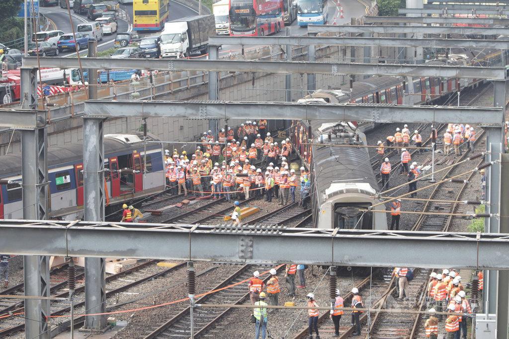 香港鐵路17日發生嚴重事故,一列在新界和市區之間行走的東鐵線火車在開進紅磡總站時出軌,造成8人受傷,事故原因尚待公布。中央社記者張謙香港攝 108年9月17日