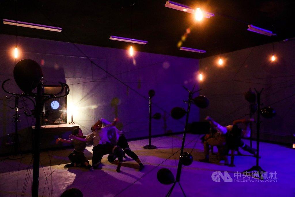 空總台灣當代文化實驗場17日發表融合沉浸式劇場與VR影片,並以漸凍人為主題的的展演製作The Awake,提前開放民眾參觀展場裝置,正式展演將於20日至22日登場。中央社記者吳家昇攝 108年9月17日