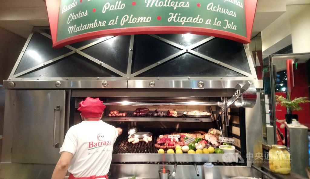 吃牛肉是阿根廷人最重要的飲食文化,近兩年來因為通貨膨脹,牛肉已成奢侈品,阿根廷人目前每人年牛肉消費量50公斤,創下50年來最低紀錄,圖為阿根廷餐廳廚師在專用烤肉架前,為客人準備烤牛肉大餐。中央社記者汪碧治布宜諾斯艾利斯攝 108年9月17日