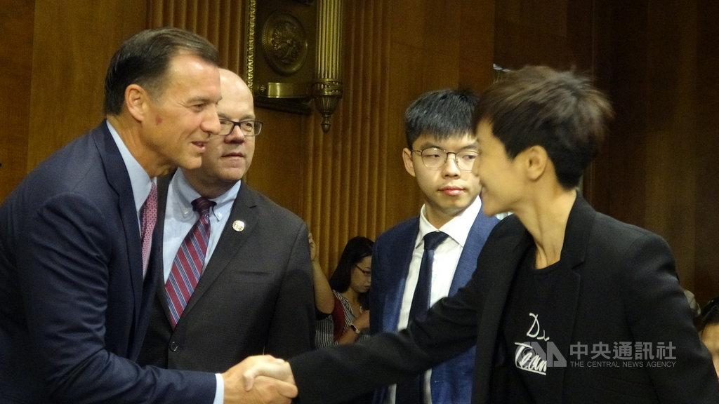 香港眾志秘書長黃之鋒(右二)、歌手何韻詩(右一)等出席美國國會聽證會,希望美國國會支持反送中運動,並敦促盡快通過「香港人權與民主法案」。中央社記者江今葉華盛頓攝 108年9月17日