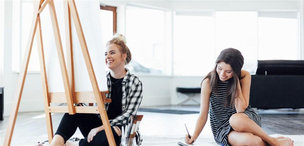 美國亞利桑那州兩名女藝術家因本身基督教信仰,拒絕為同性婚禮製作喜帖,聯邦最高法院今天作出對兩女有利判決。(圖取自facebook.com/brushandnib)