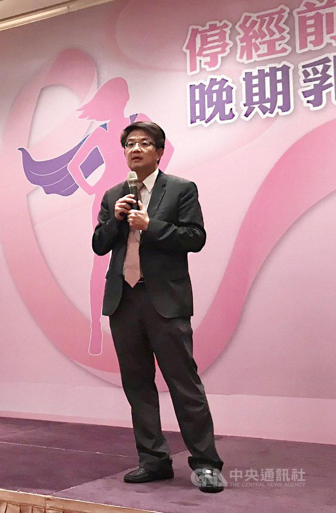 台灣乳房醫學會理事長曾令民17日在記者會中強調,女性停經前乳癌患者愈來愈多,主要有3大可能原因,包括環境污染、飲食西化以及生活習慣改變,像是晚婚、晚生或不生孩子等都是可能因素。中央社記者張茗喧攝  108年9月17日