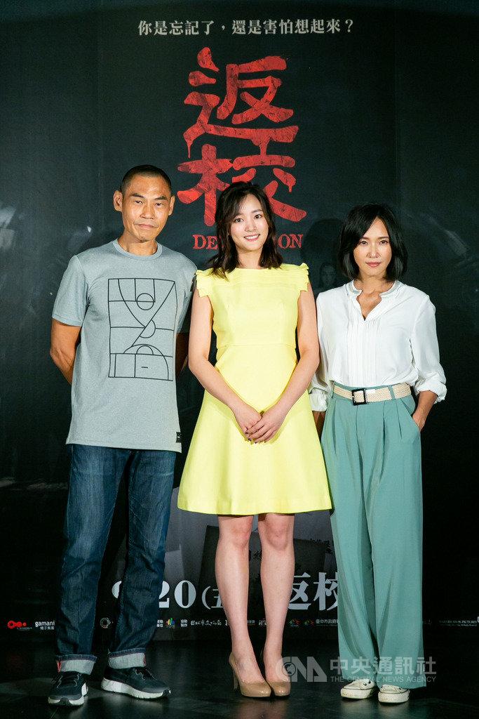 演員張本渝(右)、夏靖庭(左)在國片「返校」中,飾演女星王淨(中)失和的父母,張本渝17日在首映會受訪時回憶,劇組在拍片現場營造低氣壓,讓她很快就進入情境。(影一製作所提供)中央社記者洪健倫傳真 108年9月17日