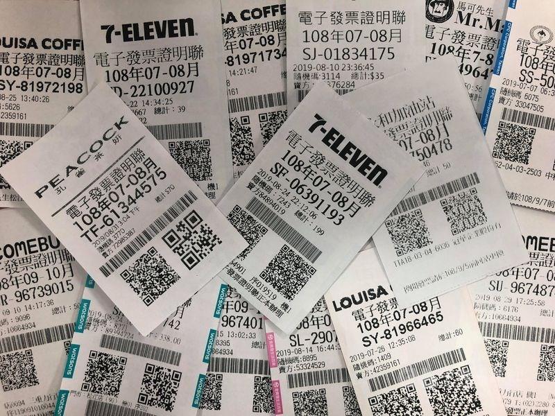 7、8月期統一發票中4獎(4000元)的民眾,記得等到12月後再領獎,可省下800元所得稅。(中央社檔案照片)