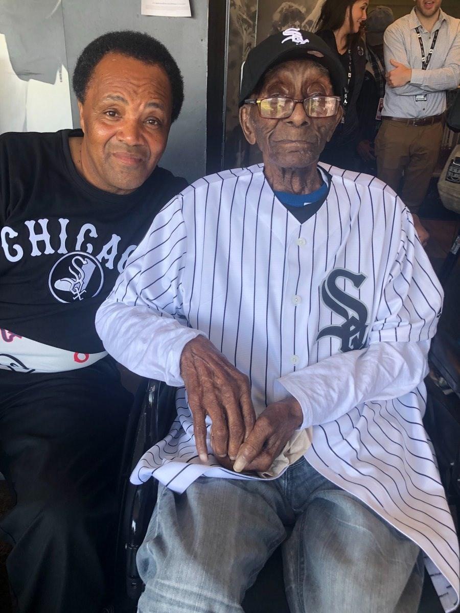 克勞福(右)是美國職棒大聯盟芝加哥白襪隊的人瑞級鐵粉,卻從未踏進白襪主場朝聖,12日是他112歲生日,球團安排一系列驚喜歡迎克勞福首度到現場看球,了卻他期盼已久的心願。(圖取自twitter.com/soxcharities)