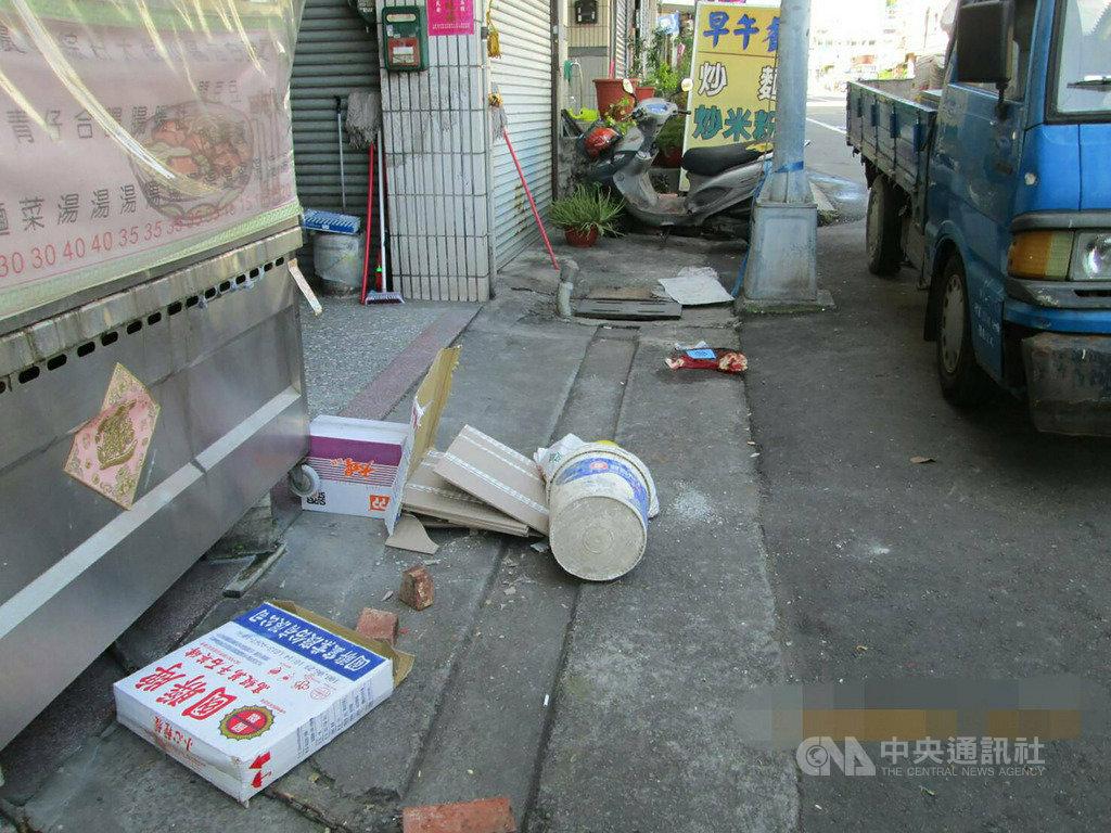 台中市一名蕭姓女工人18日在民宅外施工時,不慎遭掉落的磁磚砸中頭部,緊急送醫,現場地面還遺留散落的磁磚。(翻攝畫面)中央社記者趙麗妍傳真 108年9月18日
