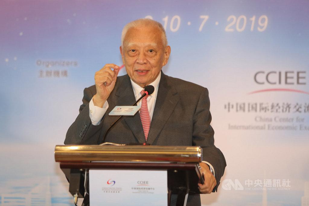 香港前特首董建華17日獲頒中國國家榮譽稱號,以表揚其落實「一國兩制」的傑出貢獻。他也是今年授予名單中唯一的香港人士。(中新社提供)中央社 108年9月18日