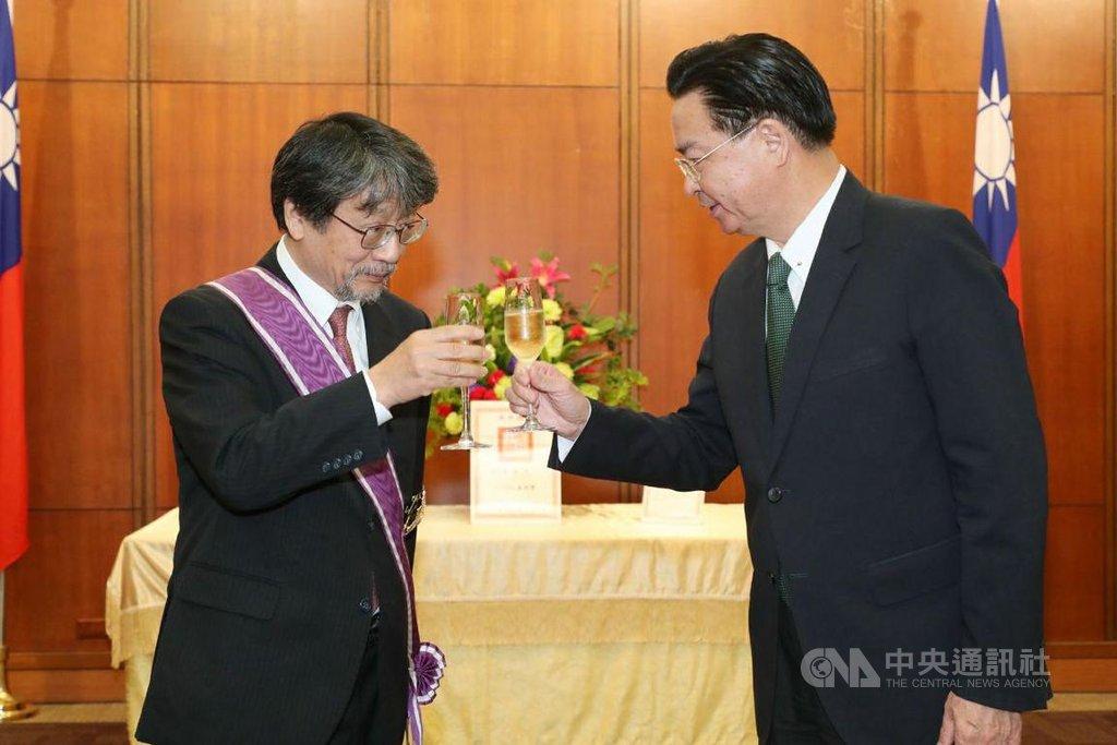 外交部長吳釗燮(右)18日頒發「紫色大綬景星勳章」給日本早稻田大學台灣研究所所長若林正丈教授,表揚他對日台交流的貢獻。(外交部提供) 108年9月18日