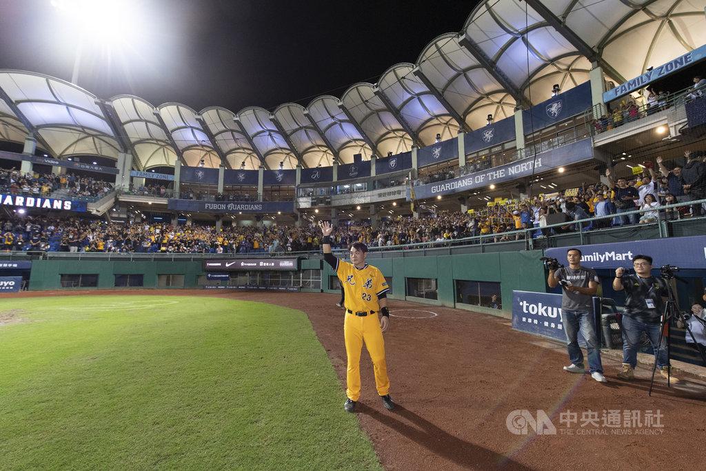中華職棒中信兄弟隊「恰恰」彭政閔(黃衣)在新莊棒球場的最終戰,18日吸引滿場1萬2100人入場,賽後不分主、客場球迷皆高喊彭政閔,他也回到場內向球迷揮手致意。中央社記者張新偉攝 108年9月18日