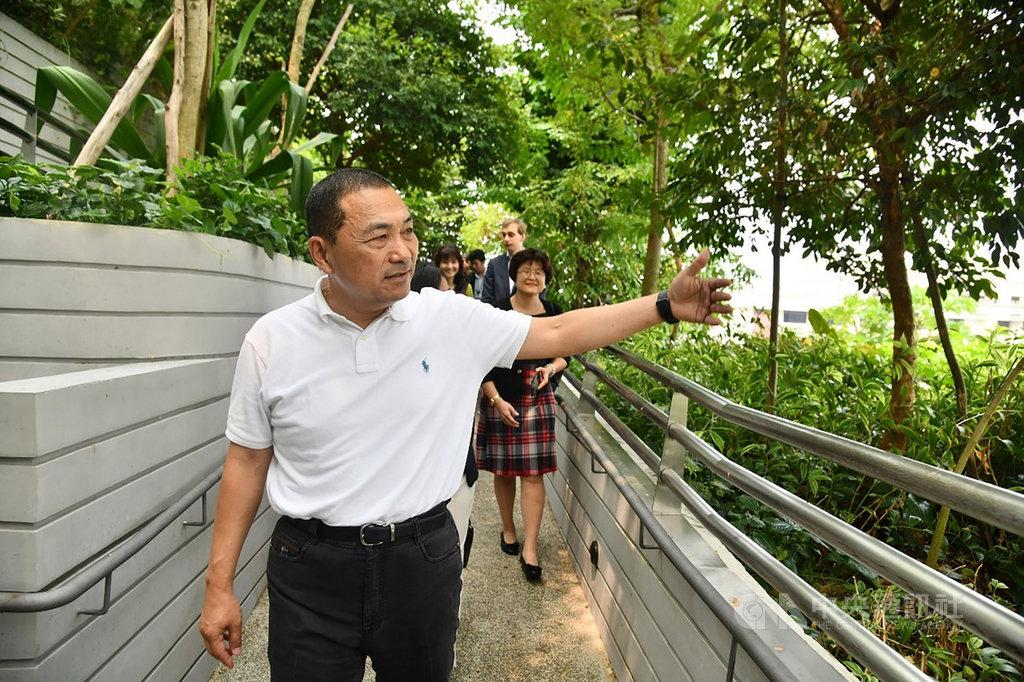 新北市長侯友宜訪問新加坡,率先造訪「海軍部村落」,了解這座多功能全新綜合社區如何利用植物綠化環境,控制溫度及屏障噪音。(新北市府提供)中央社記者黃自強新加坡傳真 108年9月18日