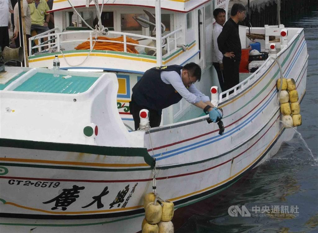 馬尼拉地區初審法院18日宣布廣大興案判決。8名開槍射擊的菲律賓海岸防衛隊人員被判殺人罪成立,刑期8年至14年。圖為台灣警方鑑識人員登廣大興28號漁船蒐證。(中央社檔案照片)