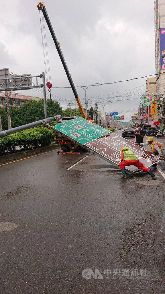 新竹縣台1線道路標誌桿18日突然倒塌,竹北警分局表示,目前已移除標誌桿,恢復通車,所幸沒有人受傷。(新竹縣政府提供)中央社記者郭宣彣新竹縣傳真 108年9月18日