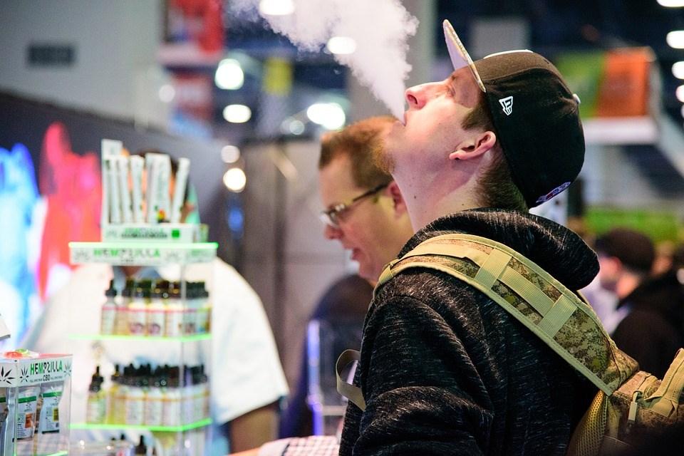 電子菸長期標榜產品對人體的傷害低於傳統菸,但在發生數起疑似與電子菸有關的死亡事件後,引發各界擔憂。(圖取自Pixabay圖庫)