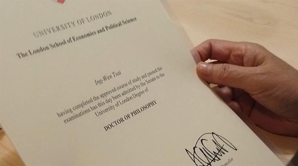 蔡總統日前參訪Dcard,也帶了LSE的畢業證書。(圖取自facebook.com/tsaiingwen)